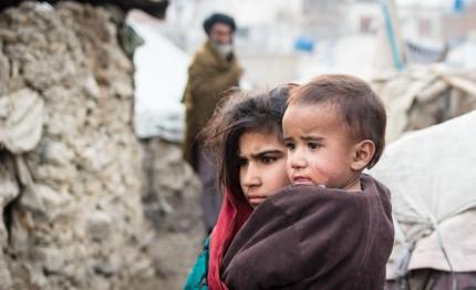 Kinder in einem zerstörten Land
